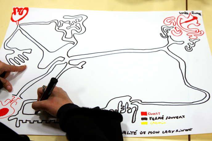 Une jeune femme atteinte de schizophrénie dessine un labyrinthe pendant un atelier d'art-thérapie.