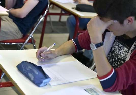 Un lycéen passe une épreuve du bac à Nantes.