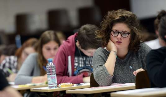 High school students take the philosophy exam, the first test session of the 2015 baccalaureate (high school graduation exam) on June 17, 2015, at the Fustel de Coulanges high school in Strasbourg, eastern France.  Some 684,734 candidates registered for the exam to be held until June 24, 2015 in 4,200 examination centres. AFP PHOTO / FREDERICK FLORIN