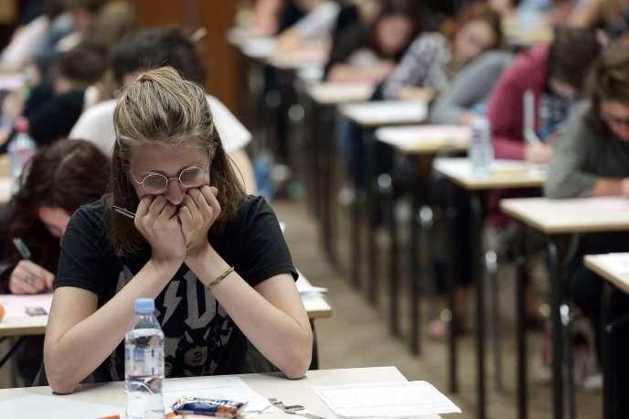Des candidats au baccalauréat passent l'épreuve de philosophie au lycée Fustel-de-Coulanges à Strasbourg.