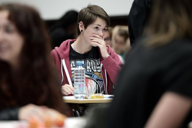 Une lycéenne lors de l'épreuve de philosophie, le 17 juin.