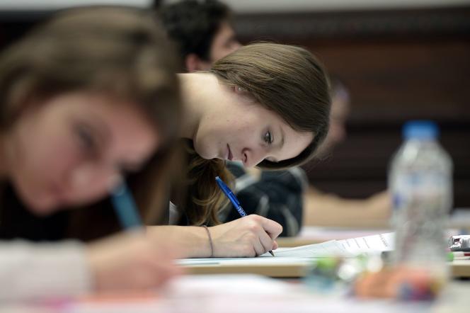 Des lycéens composent pendant l'épreuve de philosophie à Strasbourg, le 17 juin 2015.