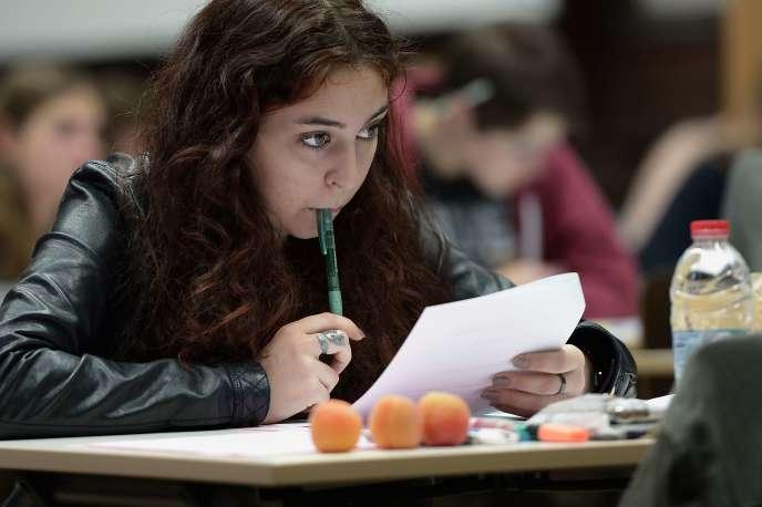 Une étudiante passe l'épreuve de philosophie du bac au lycée Fustel de Coulanges de Strasbourg, en juin 2015.