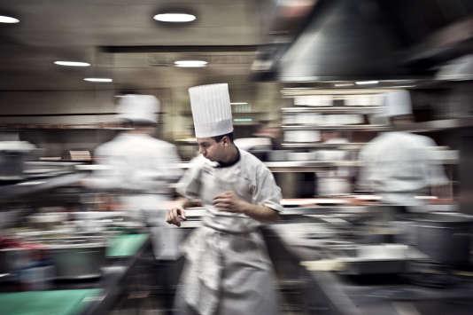 Des cuisiniers dans le restaurant de Bernard Loiseau en février 2012 à Saulieu. Bernard Loiseau est décédé en  2003. AFP PHOTO JEFF PACHOUD