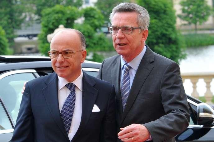 Les ministres de l'intérieur français et allemand, Bernard Cazeneuve  et Thomas de Maizière, le 1er juin, à Dresden (Allemagne).