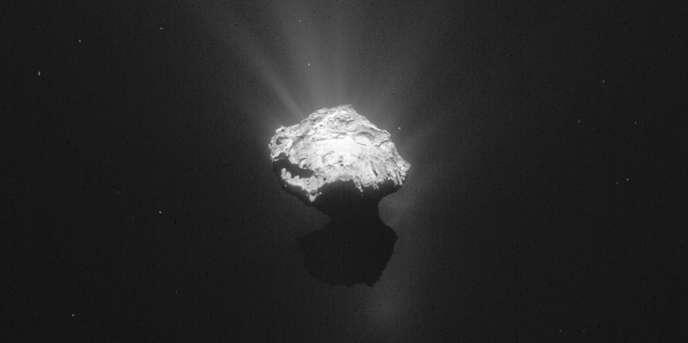 Image prise par Rosetta de la comète 67P/Tchourioumov-Guérassimenko, le17juin2015.
