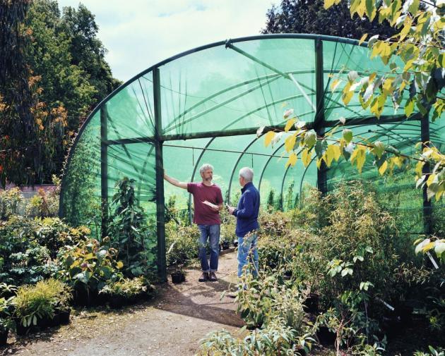 Dans le Gloucestershire (Royaume-Uni), Nick Macer (à gauche) a créé une pépinière de référence, Pan-Global Plants, où il a rassemblé des espèces du monde entier.