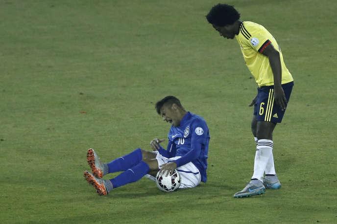 L'attaquant brésilien Neymar (à gauche) a subi un marquage très rigoureux de la part des défenseurs colombiens en Copa America, mercredi soir, au stade Monumental de Santiago au Chili.