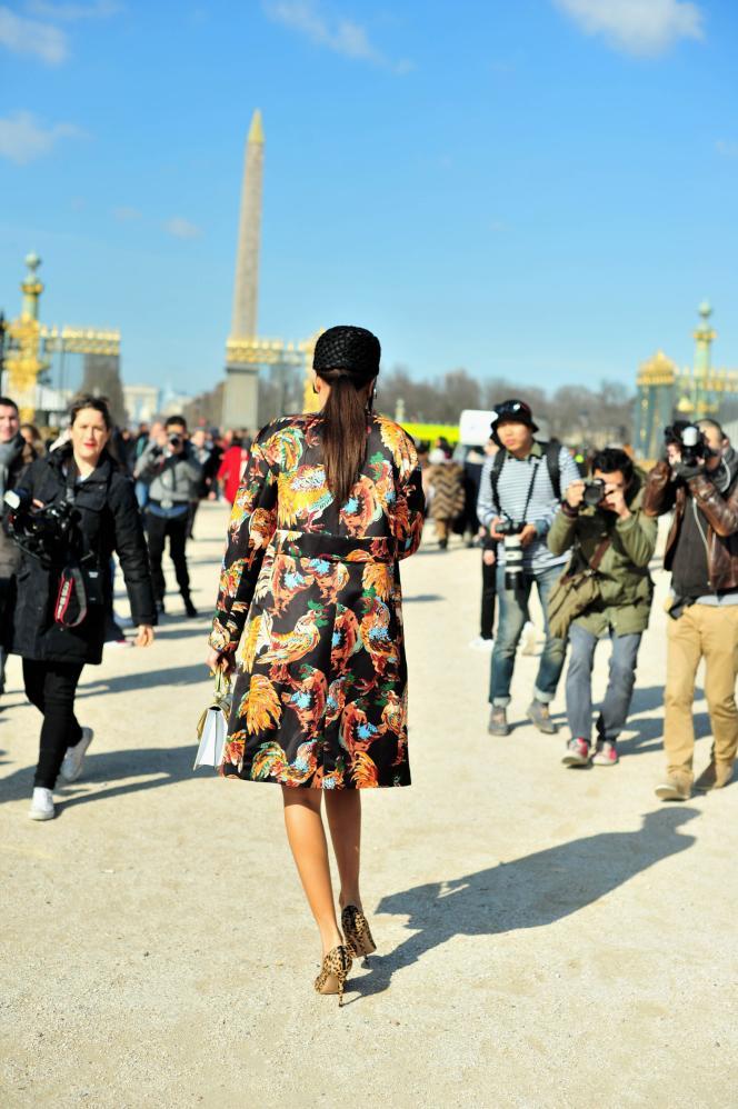 Au jardin des Tuileries et dans les rues de paris, en mars, pendant la Semaine de la mode. Giovanna Battaglia arrive au défilé  Carven, à Paris, le 5 mars 2015.