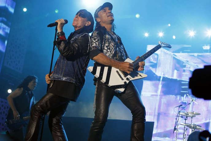 Le chanteur Klaus Meine et le guitariste Matthias Jabs du groupe de rock germanique Scorpions, à Rabat (Maroc) en 2012.