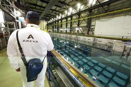 Piscine où sont entreposés les combustibles nucléaires usés, à l'usine Areva de La Hague (Manche), en avril 2015.