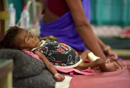 Un enfant de deux mois en situation de malnutrition en Inde.