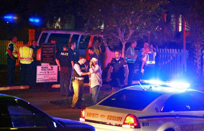 Des policiers devant l'église Emanuel African Methodist Episcopal, à Charleston, le 17 juin.