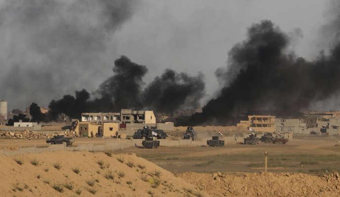 Pendant des combats entre l'Etat islamique et les forces irakiennes, à Tikrit, en mars 2015.