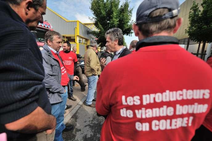 Manifestation d'éleveurs bovins devant un abattoir, à Montluçon (Allier), le 16 juin.