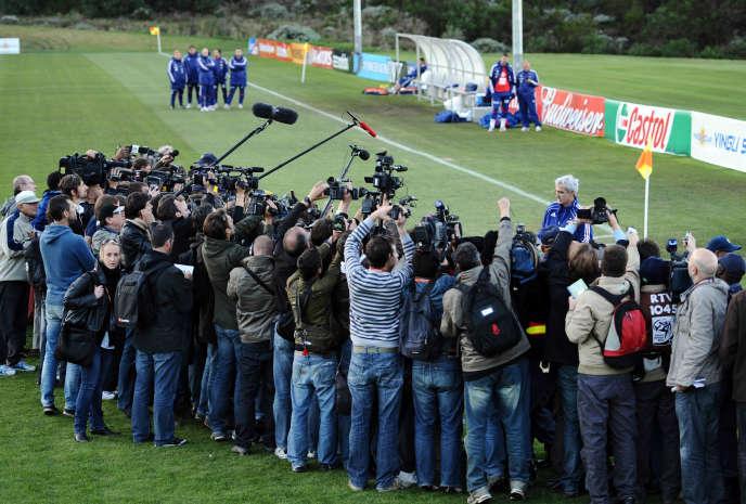 Raymond Domenech lit le communiqué des joueurs qui annonce la grève, le 20juin2010, sur le «Champ des rêves», à Knysna.