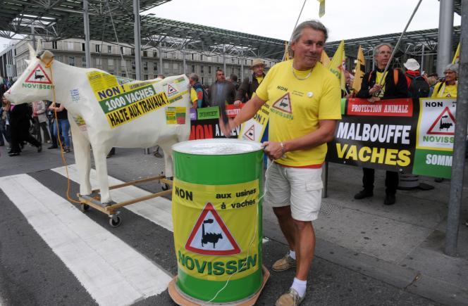 Manifestation à l'appel de la Confédération paysanne, le 17 juin à Amiens, pour soutenir les neuf personnes poursuivies pour deux actions menées sur le chantier de la ferme des 1 000 vaches en 2013 et 2014.