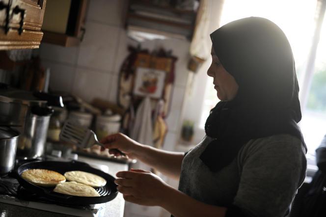 Une femme prépare la nourriture pour la rupture nocturne du jeûne, le 18 septembre 2009 à Mulhouse.