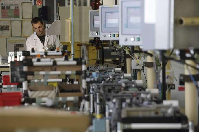 Un employé monte une partie du moteur électrique R240 dans l'usine Renault de Cléon, en France, le 18 juin 2015.