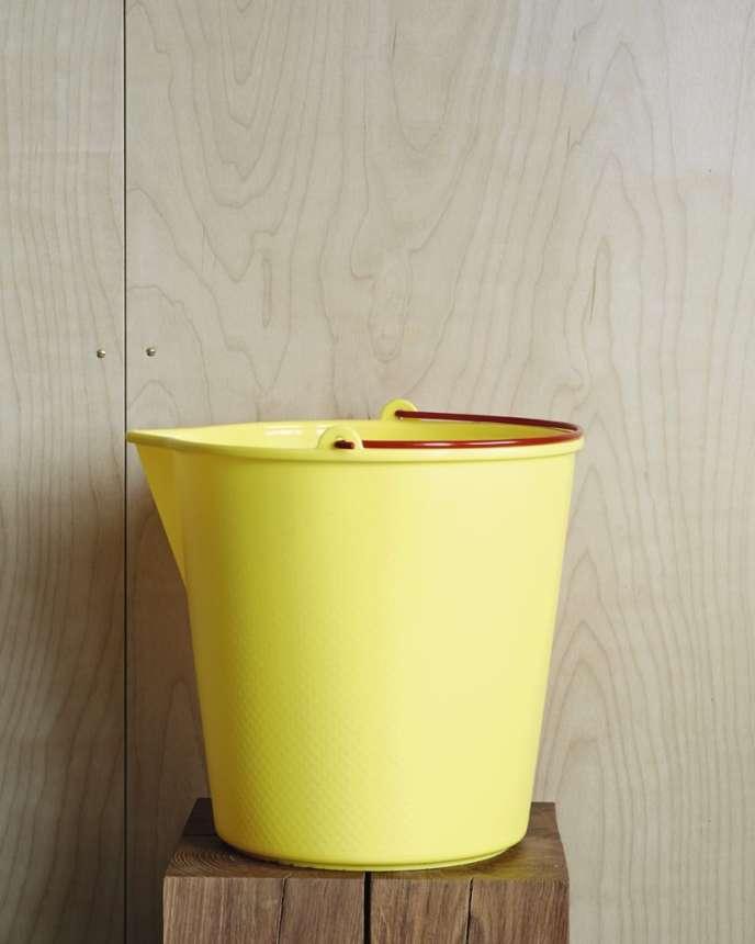 Ce seau coloré, fabriqué par le collectif belge Xala, possède une texture alvéolée et une poignée en acier enduite d'une poudre rouge qui la protège de la rouille. Existe en quatre coloris. 24 euros, sur thegardenedit.com