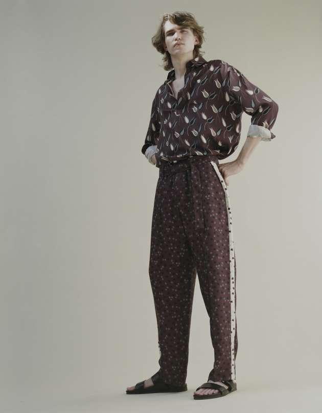 Chemise et pantalon en soie, Valentino. Nu-pieds en cuir, Minelli.