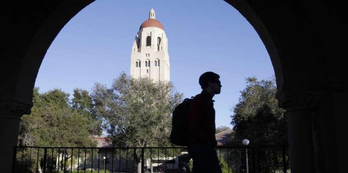 Un étudiant de l'université Stanford sur le campus du Palo Alto, en Californie, aux Etats-Unis, en février 2012.