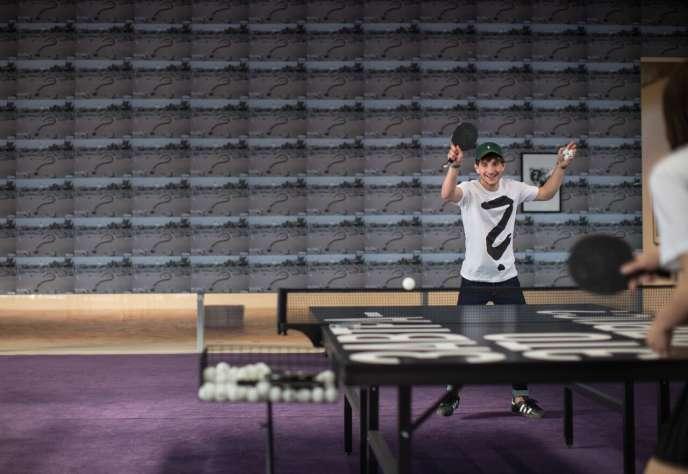 installation de Rirkrit Tiravanija,  tables de ping-pong