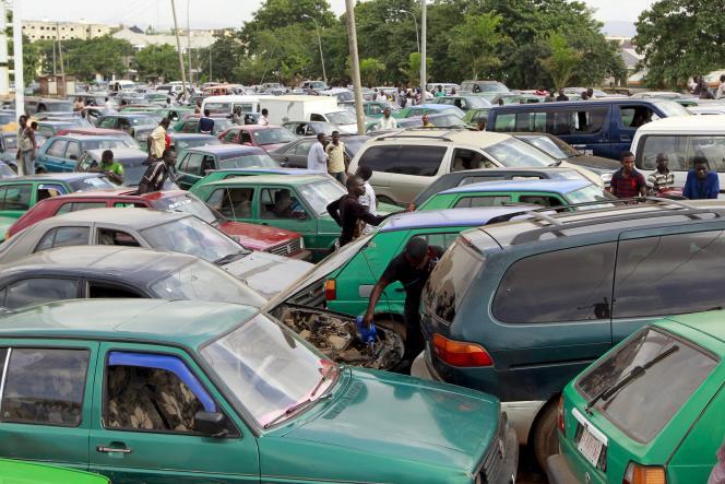 A une station service de laCompagnie de pétrole nationale nigériane (NNPC) à Abuja, en mai 2015. Les pénuries d'essence sont fréquentes au Nigeria.