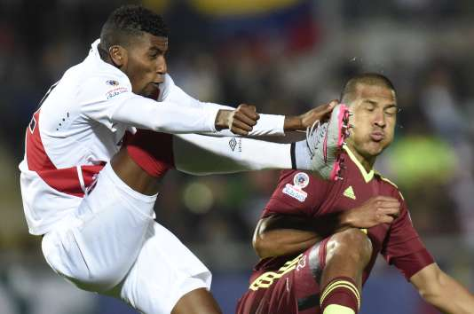 Le milieu péruvien Carlos Ascues à la lutte avec l'attaquant vénézuélien Jose Rondon, durant la Copa America 2015.