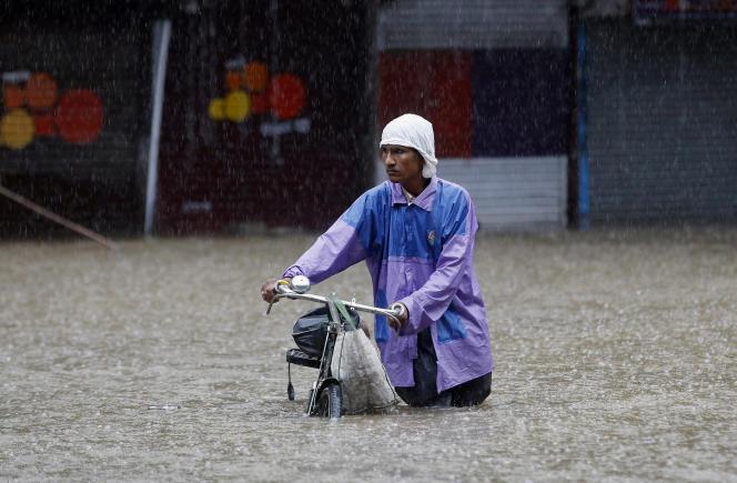 Des milliers de personnes ont cherché refuge dans des zones moins affectées par les inondations, qui ont surtout touché la région de Saurashtra.