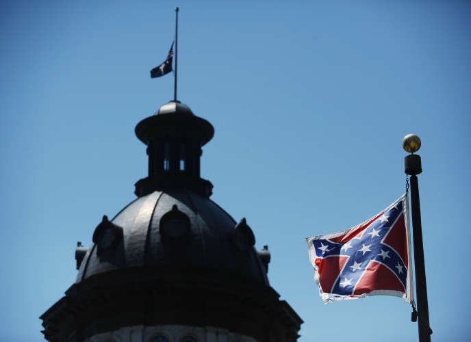 Le drapeau confédéré devant le Capitole en Caroline du Sud.