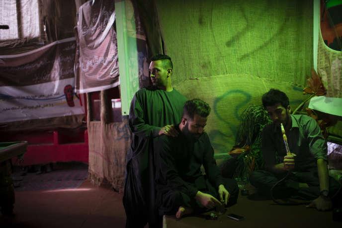 Motlagh & Leto, de leurs vrais noms Muhammad (à gauche) et Reza (en train de fumer le narguilé), se retrouvent souvent dans ce café du centre d'Herat. L'établissement, dont Reza est copropriétaire, est situé à côté d'une mosquée qui les surveille de près.
