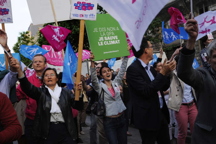 Rassemblement de La Manif pour tous, devant le Palais de justice de Paris, jeudi 18juin.