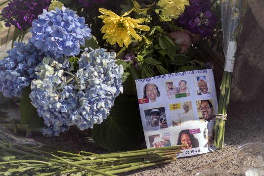 Des fleurs aux côtés des photographies des neuf personnes abattues le17juin2015, lors de la fusillade de l'église« Mother Emmanuel» de Charleston.