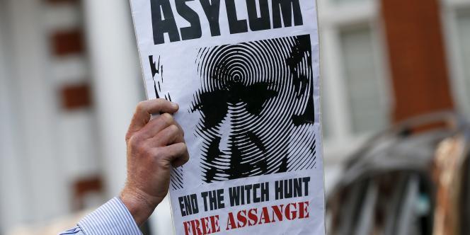 Un manifestant soutient Julian Assange à Londres, le19janvier2015.