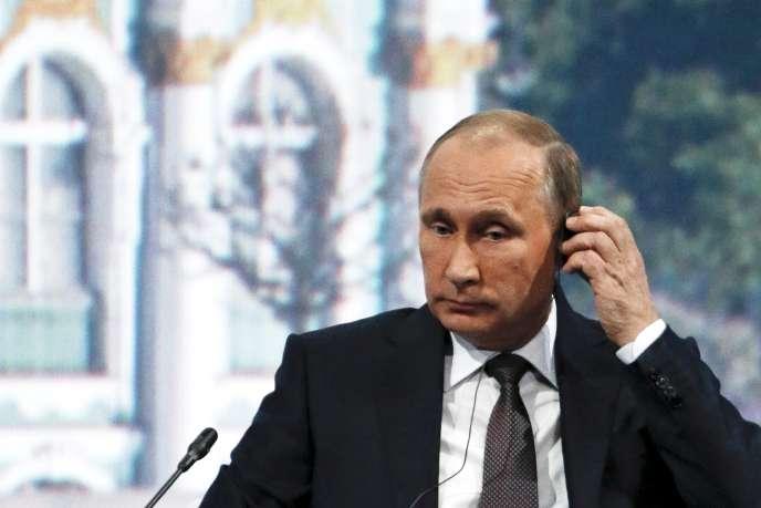 Renforcées en septembre 2014, ces sanctions ont contribué aux difficultés de l'économie russe, mais sans infléchir l'attitude du président Vladimir Poutine —ici le 19juinà Saint-Pétersbourg.