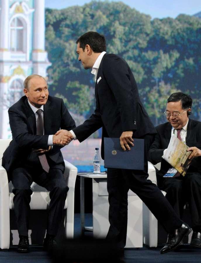 Le premier ministre grec, Alexis Tsipras, salue Vladimir Poutine, le 19juin, lors du Forum économique international de Saint-Pétersbourg.
