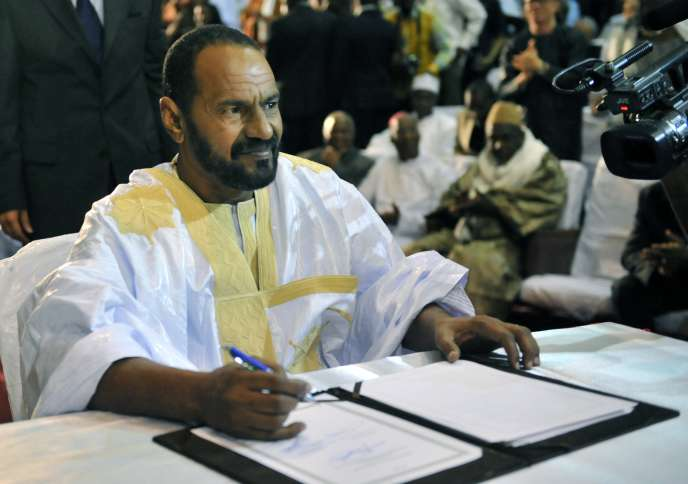 Sidi Brahim Ould Sidati, représentant de la coalition de la rébellion touareg, signant l'accord de paix au Mali, le 20 juin.