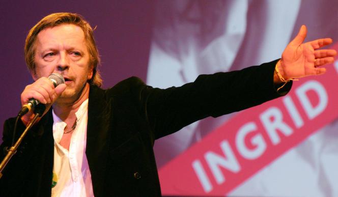 Le chanteur Renaud lors de la soirée pour la libération d'Ingrid Betancourt et des otages détenus en Colombie, au Théâtre du Rond-Point à Paris, le 24 octobre 2005. AFP/JOEL SAGET