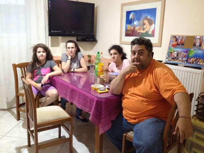 La famille Marakis dans son appartement du quartier de Neo Kosmos à Athènes.