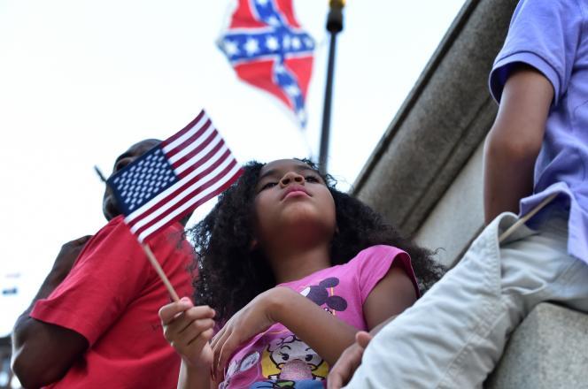 Manifestation contre le drapeau confédéré à Columbia, Caroline du Sud, le 20juin 2015, après le massacre de l'église de Charleston, au cours duquel neuf personnes ont été tuées par un extrêmiste blanc.