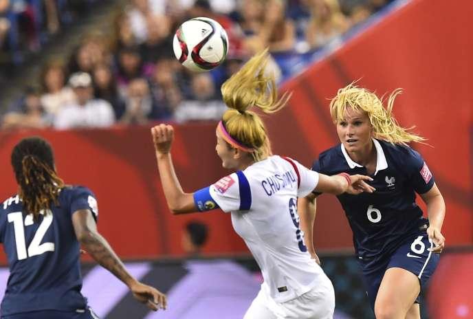 La française Amandine Henry (à droite) et la coréenne Cho Sonhyun lors de la rencontre France-Corée à Montreal le 21 juin 2015.
