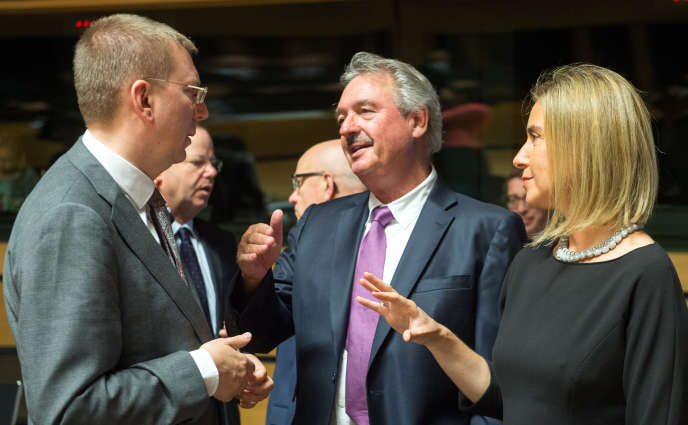 Le ministre des affaires étrangères luxembourgeois, Jean Asselborn (au centre), son homologue letton, Edgars Rinkevics (à gauche), et la haute représentante pour la politique extérieure et la sécurité de l'Union européenne, Federica Mogherini, réunis à Luxembourg lundi 22 juin.