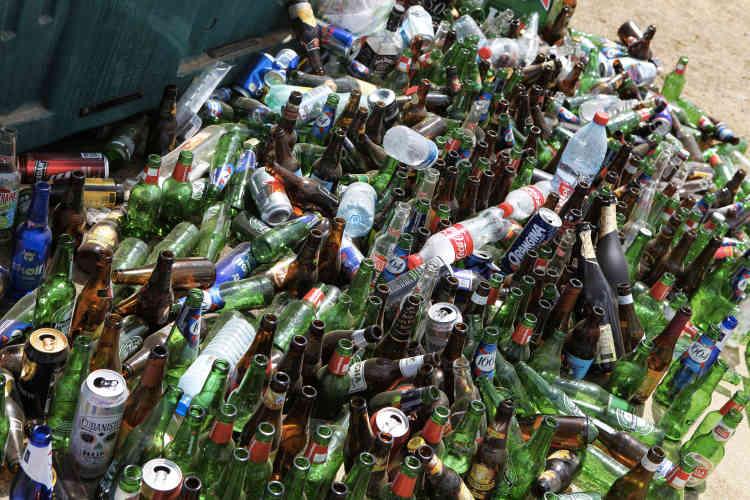 A l'entrée du festival, chacun était prié de se séparer de ses éventuelles bouteilles.
