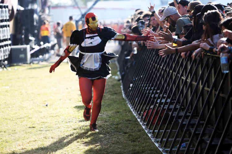 Malgré la chaleur, certains festivaliers ont tenu à leur combinaison intégrale, sans tomber le masque.