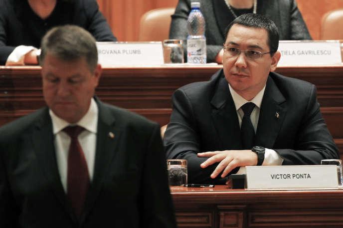 Le président roumain, Klaus Iohannis, et son premier ministre, Victor Ponta, au Parlement à Bucarest, le 21 décembre 2014.