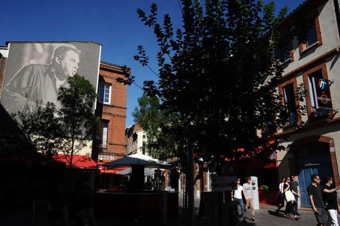 Portrait de Claude Nougaro dans une rue de Toulouse.