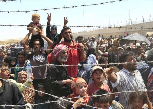 Des réfugiés syriens à la frontière turque le 15 juin.