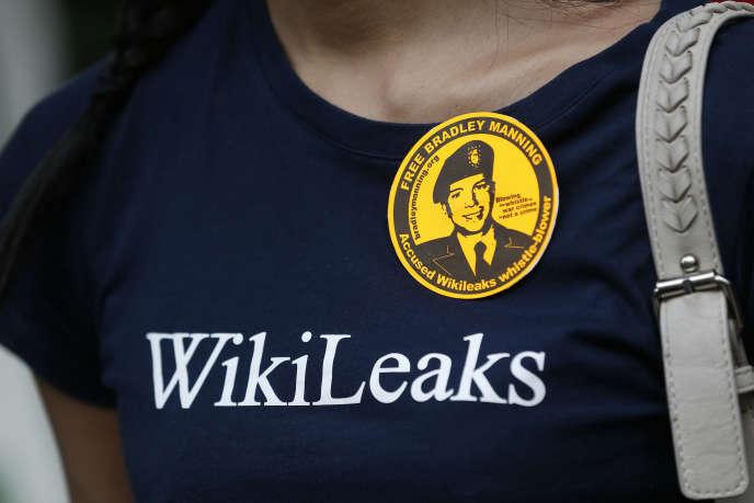 Une manifestante pro-WikiLeaks devant l'ambassade équatorienne à Londres en 2013, où le fondateur Julian Assange est réfugié.
