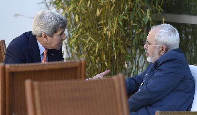 John Kerry, à gauche, discute avec le ministre iranien des affaires étrangères Mohammad Javad Zarif, à Genève, le 30 mai.